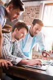 Professionele groep gebruikend laptop en samen besprekend bedrijfsproject royalty-vrije stock foto