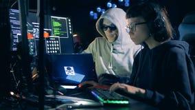 Professionele hakkers die met computers werken Het concept van de Cyberaanval stock video