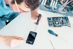 Professionele hersteller die het gelaten vallen telefoon gebroken scherm in de dienstcentrum bevestigen royalty-vrije stock foto