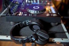 Professionele hoofdtelefoons op de raad van DJ in nachtclub Hoofdtelefoons op de raad van DJ in nachtclub royalty-vrije stock foto