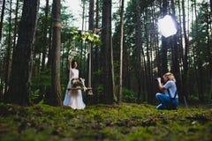 Professionele huwelijksfotograaf die stroboscoop met behulp van en softbox om beelden te maken royalty-vrije stock afbeeldingen