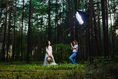 Professionele huwelijksfotograaf die stroboscoop met behulp van en softbox om beelden te maken stock afbeeldingen