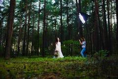Professionele huwelijksfotograaf die stroboscoop met behulp van en softbox om beelden te maken royalty-vrije stock afbeelding