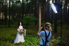 Professionele huwelijksfotograaf die stroboscoop met behulp van en softbox om beelden te maken royalty-vrije stock foto