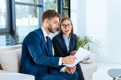 professionele jonge bedrijfsmensen die documenten bespreken stock afbeelding