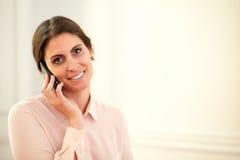 Professionele jonge vrouw die op haar cellphone spreken royalty-vrije stock foto