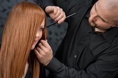 Professionele kapper bij luxesalon Stock Afbeelding