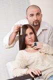 Professionele kapper bij salon stock foto's