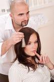 Professionele kapper bij salon royalty-vrije stock afbeeldingen