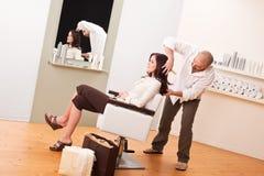 Professionele kapper die bij salon wordt gesneden Stock Foto