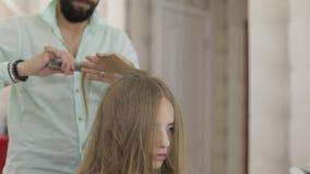 Professionele kapper die kammend modelhaar stileren Mooie vrouw in salon stock videobeelden
