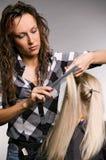 Professionele kapper die kapsel doet royalty-vrije stock afbeeldingen