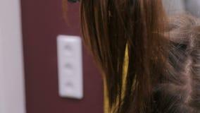Professionele kapper die kapsel voor cliënt doen stock videobeelden