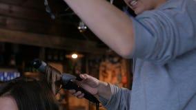 Professionele kapper die kapsel voor vrouw doen die - krullen maken stock footage