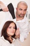 Professionele kapper met hairdryer bij salon royalty-vrije stock afbeeldingen