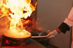 Professionele keuken: het maken van saus stock fotografie