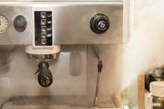 Professionele koffieconstructeur van machines met rook op koffiewinkel stock foto