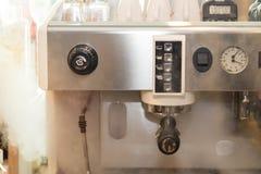 Professionele koffieconstructeur van machines met rook op koffiewinkel royalty-vrije stock afbeeldingen