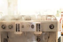 Professionele koffieconstructeur van machines met rook op koffiewinkel royalty-vrije stock foto