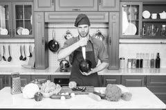 Professionele kok De chef-kok onderwijst hoe snel karbonadegroenten Het karbonadevoedsel veilig en efficiënt, zorgt ervoor dat u  stock foto's