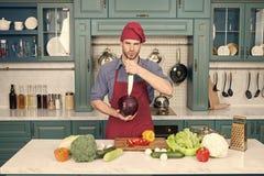 Professionele kok De chef-kok onderwijst hoe snel karbonadegroenten Het karbonadevoedsel veilig en efficiënt, zorgt ervoor dat u  royalty-vrije stock fotografie