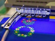 Professionele machine om borduurwerkclose-up toe te passen Royalty-vrije Stock Afbeelding