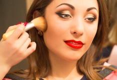 Professionele make-up, die gezichtspoeder toepassen Royalty-vrije Stock Fotografie