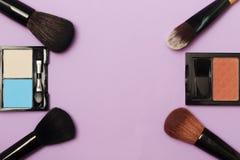 Professionele make-upborstels en hulpmiddelen, geplaatste samenstellingsproducten stock foto