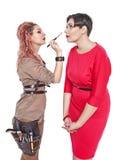 Professionele make-upkunstenaar die make-up maken aan een geïsoleerd model stock foto's