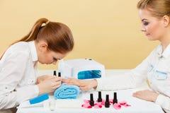 Professionele manicure het schilderen vrouwenspijkers Stock Afbeeldingen