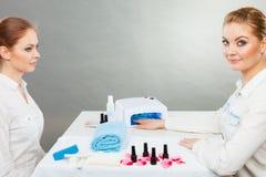 Professionele manicure het schilderen vrouwenspijkers Royalty-vrije Stock Fotografie