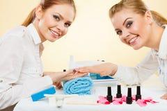 Professionele manicure het schilderen vrouwenspijkers Stock Foto's