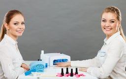 Professionele manicure het schilderen vrouwenspijkers Stock Afbeelding