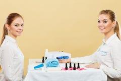 Professionele manicure het schilderen vrouwenspijkers Stock Foto