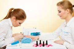 Professionele manicure het schilderen vrouwenspijkers Royalty-vrije Stock Afbeeldingen