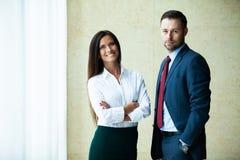 Professionele mannelijke en vrouwelijke partners die vergadering hebben om planningsstrategie voor gemeenschappelijk startproject royalty-vrije stock afbeelding