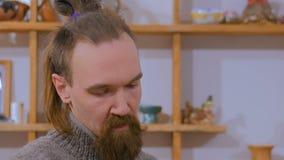 Professionele mannelijke pottenbakker die in studio werken stock video