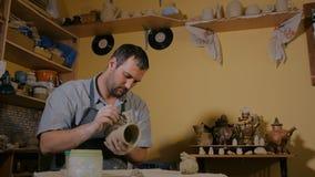 Professionele mannelijke pottenbakker die in workshop, studio werken stock videobeelden