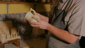 Professionele mannelijke pottenbakker die in workshop werken stock videobeelden