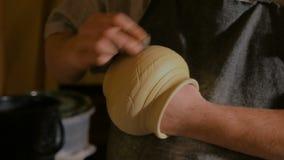 Professionele mannelijke pottenbakker die in workshop werken stock video