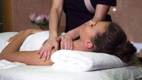Professionele massager maakt het meisje het uitstekende ontspannen masseert royalty-vrije stock afbeeldingen