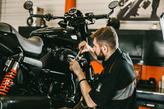Professionele mechanische het werk schroevedraaier en motorfietsreparaties stock foto's