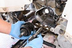 Professionele mechanische reparatie en wijzigingen aan ATV royalty-vrije stock afbeeldingen