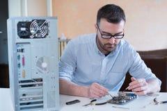 Professionele mens die computer herstellen Stock Foto's
