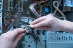 Professionele mens die en een computer herstellen assembleren Royalty-vrije Stock Foto's