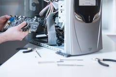 Professionele mens die en een computer herstellen assembleren Royalty-vrije Stock Afbeeldingen