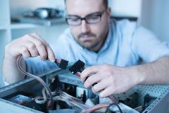 Professionele mens die en een computer herstellen assembleren Royalty-vrije Stock Foto