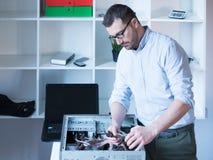 Professionele mens die en een computer herstellen assembleren Stock Afbeeldingen