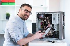 Professionele mens die en een computerdesktop herstellen assembleren Stock Foto's
