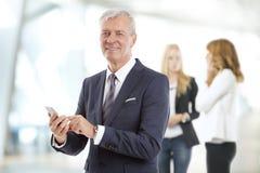 Professionele mens met mobiel Royalty-vrije Stock Afbeelding
